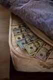 Speichern Sie Dollarspeicher in der Bettmatratze Lizenzfreies Stockfoto