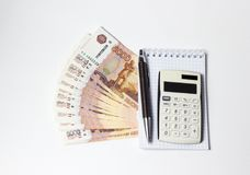 Speichern Sie Geldkonzept - mit Stift, Taschenrechner und Rubeln stockfotos