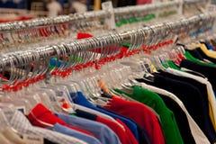 Speichern Sie Kleiderbügel auf Schiene Lizenzfreie Stockbilder