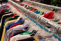 Speichern Sie Kleiderbügel auf Schiene Stockfoto