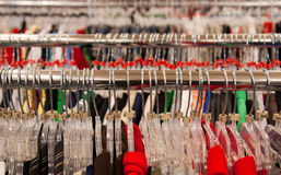 Speichern Sie Kleiderbügel auf Schiene Lizenzfreies Stockbild