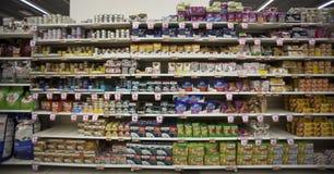 Speichern Sie Nahrung für Haustiere fach Regaleinheit Lizenzfreie Stockfotos