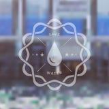 Speichern Sie Wasser-Ausweis mit Blured-Ökologie-Hintergrund Stockfotos