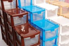 Speicherplastikkasten auf getrenntem weißem Hintergrund Stockfotos