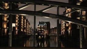 Speicherstadt Hambourg la nuit, pont dans le premier plan. Photos libres de droits