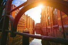 speicherstadt hamburg Известный ориентир ориентир старых зданий сделанных с красными кирпичами Мост и солнце излучают в взгляде н стоковое фото rf