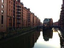 Speicherstadt Hamburgo en la puesta del sol fotos de archivo