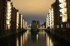 Speicherstadt Hamburgo na noite Fotografia de Stock Royalty Free
