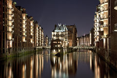 Speicherstadt Hamburgo por noche Fotos de archivo libres de regalías