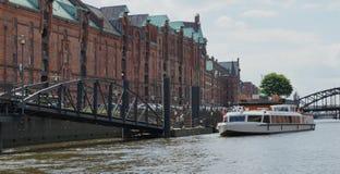 Speicherstadt, puente y Barco-Hamburgo-HafenCity Fotografía de archivo libre de regalías