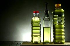 Speiseöl in den verschiedenen Flaschen Stockbild