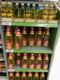 Speiseöle auf Regalen stockfoto