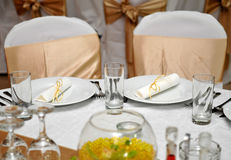Speisen des Tischschmucks mit zwei Stühlen Stockfoto