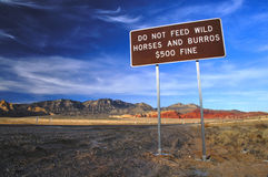 Speisen Sie Pferden Zeichen nicht Stockfoto
