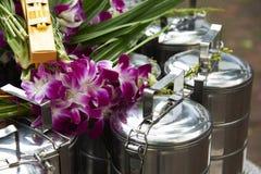 Speisenträger, die Mönchen und Orchideen anbieten lizenzfreie stockbilder