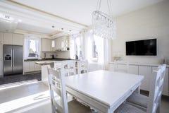 Speiseraum und Küche des weißen Lichtes Stockbilder