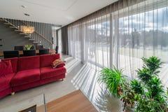 Speiseraum und Wohnzimmer innerhalb des modernen Hauses lizenzfreies stockfoto