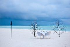 Speisetisch auf dem Sandstrand Lizenzfreie Stockfotografie