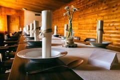 Speisetisch auf dem Tisch verziert mit Hochzeitsdekoration stockfoto