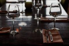 Speisetisch diente mit Gläsern, Gabeln und Messern Lizenzfreies Stockbild