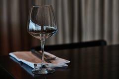Speisetisch diente mit Gläsern, Gabeln und Messern Lizenzfreies Stockfoto