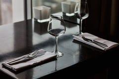 Speisetisch diente mit Gläsern, Gabeln und Messern Lizenzfreie Stockfotos