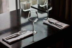 Speisetisch diente mit Gläsern, Gabeln und Messern Stockbild
