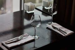 Speisetisch diente mit Gläsern, Gabeln und Messern Stockfoto