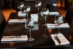 Speisetisch diente mit Gläsern, Gabeln und Messern Lizenzfreie Stockbilder