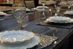 Speisetisch in einem Luxusrestaurant Stockbild