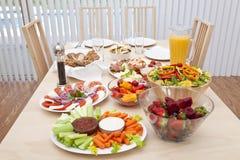 Speisetisch gelegt für ein gesundes Salat-Mittagessen Lizenzfreies Stockfoto