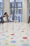 Speisetisch Geschäftsmann-Using Cellphone Ats Stockfotografie