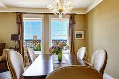 Speisetisch mit Blumen und Stadtansicht durch das Fenster Lizenzfreies Stockfoto