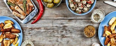 Speisetisch mit einer Vielzahl von Mahlzeiten lizenzfreie stockbilder