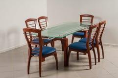 Speisetisch mit sechs Stühlen Stockfoto