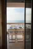 Speisetisch stellte auf einen Balkon ein, der das Meer übersieht Stockfotografie