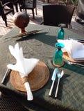 Speisetisch- u. Tischbesteckeinstellung der Alfresko-Küste Stockfotos