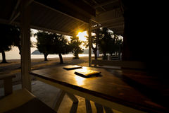 Speisetisch- und Lebensmittelmenü reservieren mit goldenem Licht auf Sonnenuntergang Lizenzfreie Stockfotos