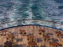 Speisetisch und Stühle mit Ozeanansicht Stockfotografie