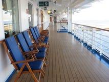 Speisetisch und Stühle mit Ozeanansicht Stockbilder