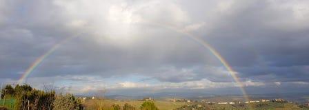 Spektakulär färdig regnbåge över Chiantikullarna, Tuscany, Italien royaltyfri bild