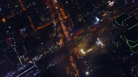 Spektakulär flyg- sikt av Victoria Harbor, skyskrapor och Hong Kong horisont på natten Flyg- sikt av den Hong Kong staden lager videofilmer