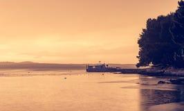 Spektakulär havssolnedgång efter åskastorm med lång exponeringsteknik fotografering för bildbyråer