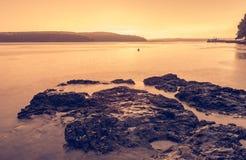 Spektakulär havssolnedgång efter åskastorm med lång exponeringsteknik arkivbild