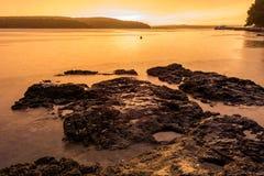 Spektakulär havssolnedgång efter åskastorm med lång exponeringsteknik royaltyfria foton