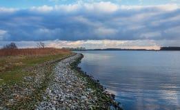 Spektakulär himmel över sjön Veere Arkivfoton