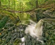 Spektakulär liten vattenfall Royaltyfria Foton