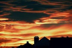 Spektakulär ljus röd solnedgång Arkivfoto