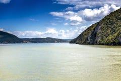 Spektakulär sikt av Danube River som flödar till och med steniga berg Arkivbilder