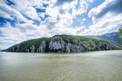 Spektakulär sikt av Danube River som flödar till och med steniga berg Royaltyfri Foto
